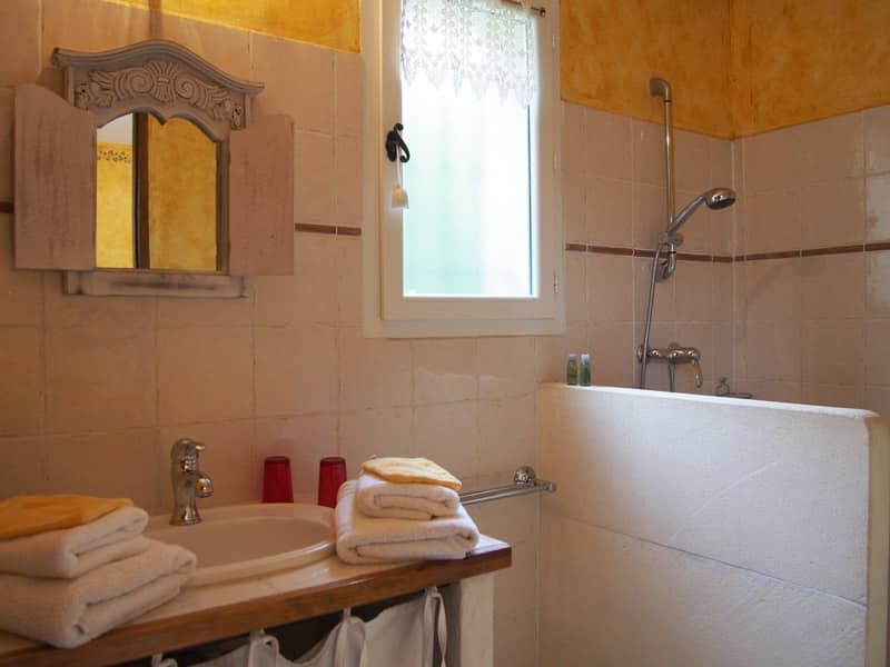 tournesol chambres d 39 h tes luberon le clos des lavandes. Black Bedroom Furniture Sets. Home Design Ideas
