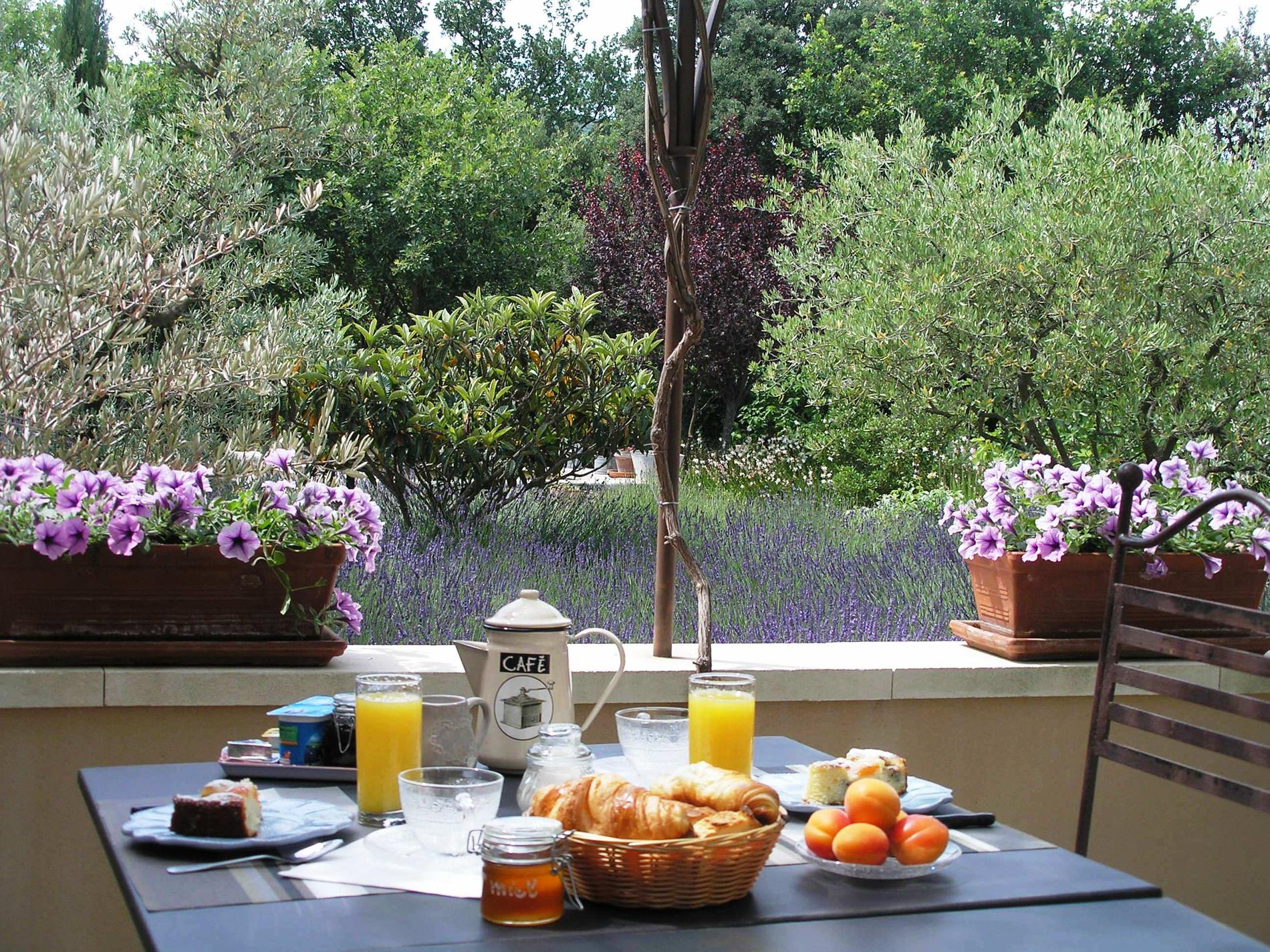 The breakfast bed and breakfast luberon clos des lavandes for Au jardin guest house welkom